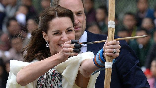 """""""Herzogin Katnis"""": Wie Katnis Everdeen in den """"Hunger Games"""" versucht Kate zu schießen. (Bild: AP)"""