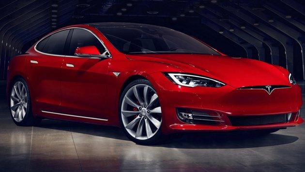 Tesla-Chef Elon Musk soll für weitere zehn Jahre an Bord des Elektroauto-Herstellers bleiben, künftig aber nur noch mit Aktien bezahlt werden.