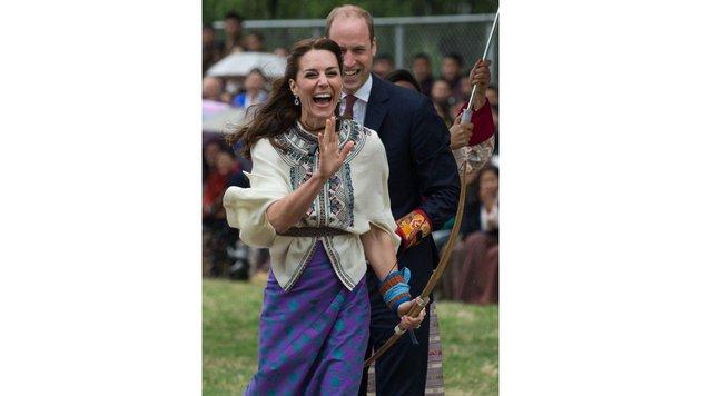Leider schießt sie immer daneben, was sie herzlich zum Lachen bringt. (Bild: AFP)