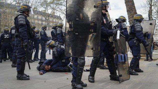 Schwere Randale nach TV-Auftritt von Hollande (Bild: EPA)
