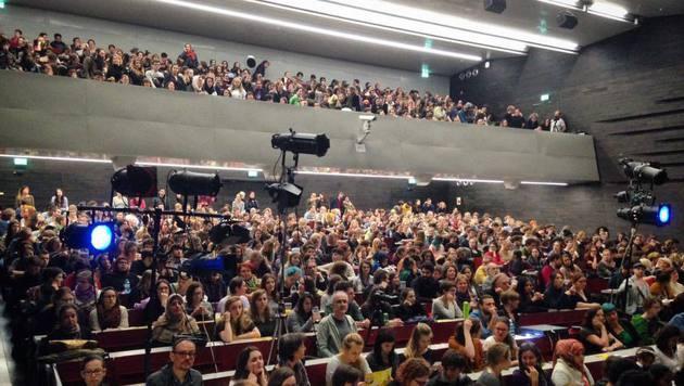 Das Publikum im Audimax vor der Störaktion (Bild: facebook/oehuniwien)
