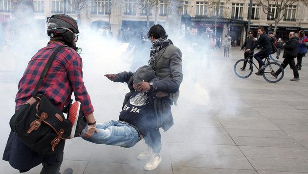 Schwere Randale nach TV-Auftritt von Hollande (Bild: AP)
