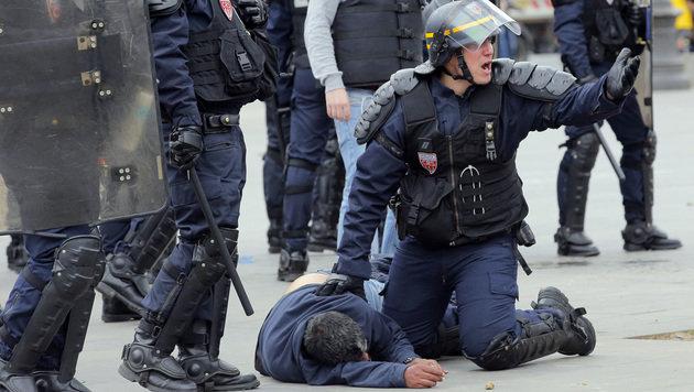 Demonstranten lieferten sich mit der Polizei in Paris eine Straßenschlacht. (Bild: AP)