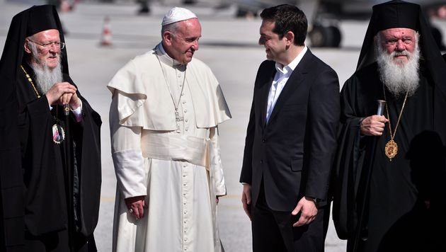 Bartholomäus I., Franziskus, Griechenlands Premier Alexis Tsipras und Hieronymus II. (Bild: APA/AFP/Louisa Gouliamaki)
