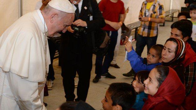 Papst besuchte Flüchtlinge auf Lesbos (Bild: APA/AFP Filippo Monteforte)