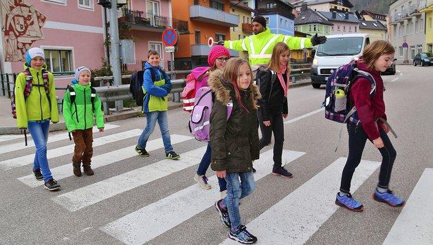 Asylwerber sorgen als Lotsen für sichere Schulwege in Ebensee. (Bild: Marion Hörmandinger)