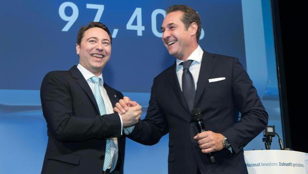 FP-OÖ-Parteichef Manfred Haimbuchner und Bundesparteichef Heinz-Christian Strache (Bild: APA/FOTOKERSCHI.AT)