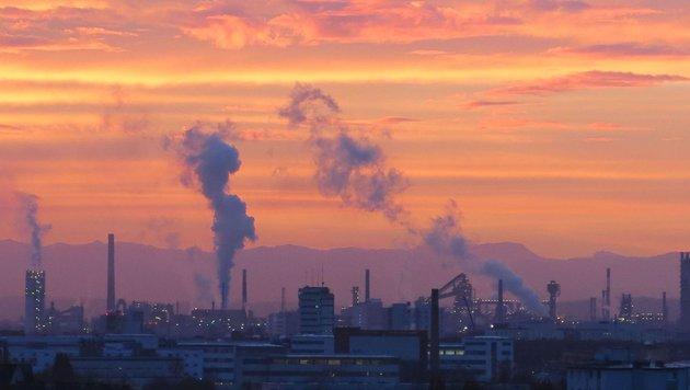 Rauchenden Schornsteine über dem Linzer Industriegebiet sind nicht mehr das große Luftgüteproblem (Bild: Werner Pöchinger)