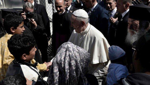Papst Franziskus im Gespräch mit Flüchtlingen im Aufnahmelager Moria (Bild: APA/AFP/Aris Messinis)
