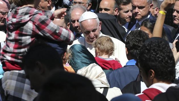 Papst Franziskus mit Flüchtlingen im Auffanglager Moria auf Lesbos (Bild: AP)