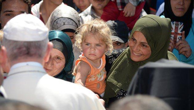 Papst Franziskus mit Flüchtlingen im Auffanglager Moria auf Lesbos (Bild: APA/AFP/Filippo Monteforte)