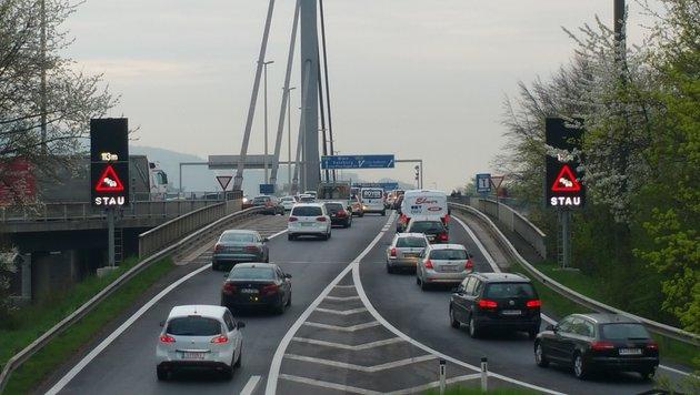 Durch den täglichen Stau in Linz könnten sich die Luftgütewerte vermutlich verschlechtern (Bild: Werner Pöchinger)