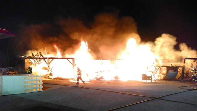 Das Gebäude stand komplett in Flammen. (Bild: APA/FF KRAUBATH A.D. MUR)