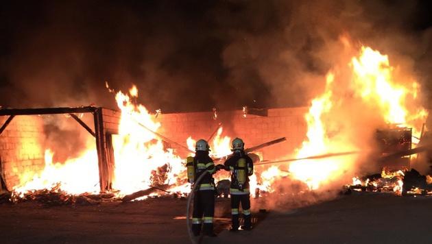 Die Einsatzkräfte beim Löschen des Brandes (Bild: APA/FF KRAUBATH A.D. MUR)