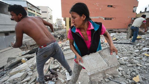 Alle packen mit an, um die Trümmer zu beseitigen und nach weiteren Überlebenden zu suchen. (Bild: APA/AFP)