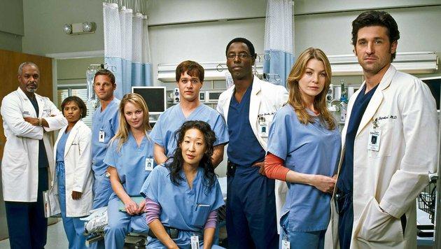 Dempsey (ganz rechts), Washington (3. von rechts) und Knight (links daneben) in 'Grey's Anatomy' (Bild: Viennareport)