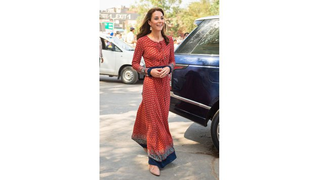 Herzogin Kate während ihrer Indienreise in einem 63-Euro-Kleid und 10-Euro-Ohrringen. (Bild: Viennareport)