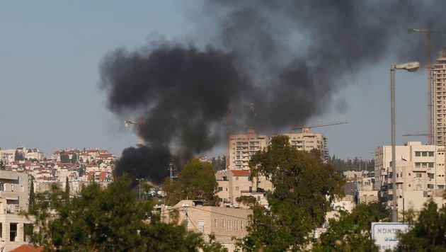 Schwarzer Rauch über dem Stadtteil Derech Hebron (Bild: APA/AFP/Ahmad Gharabli)