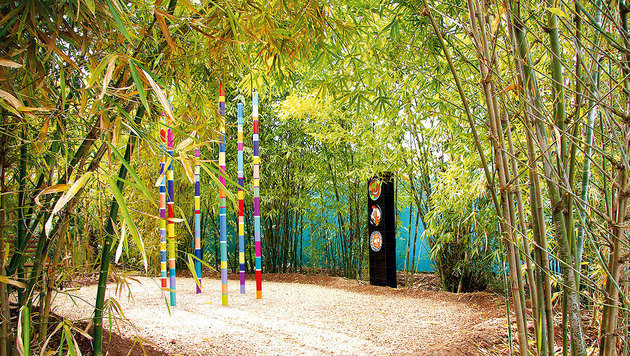 Farbsäulen vor Hellers Picasso-Tellern (Bild: Tina Konsel)