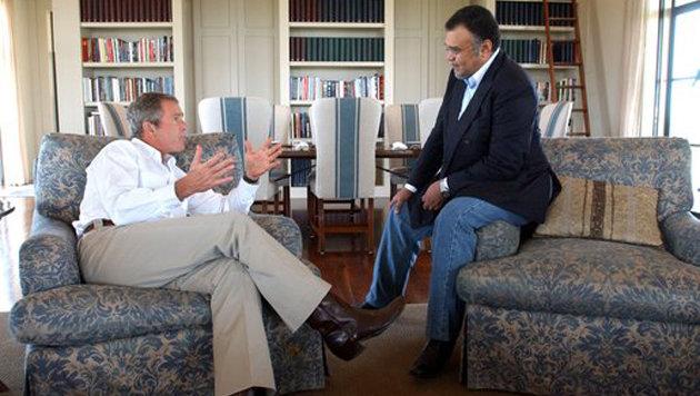 Prinz Bandar und US-Präsident George W. Bush bei einem Treffen im August 2002 (Bild: White House Photo)