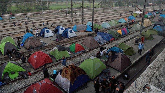 Zelte auf den Bahngleisen in Idomeni (Bild: APA/AFP/DANIEL MIHAILESCU)