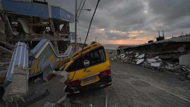 Ecuador: Mindestens 350 Tote nach Erdbeben (Bild: APA/AFP/RODRIGO BUENDIA)