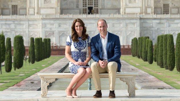 Kate und William posieren auf jener Bank vor dem Taj Mahal, auf der 1992 Prinzessin Diana saß. (Bild: Viennareport)