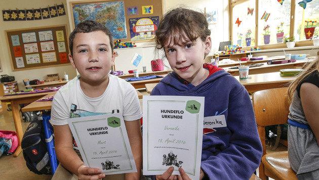 Stolz: Mert und Veronika mit der Urkunde, die die Schüler bekamen (Bild: Markus Tschepp)
