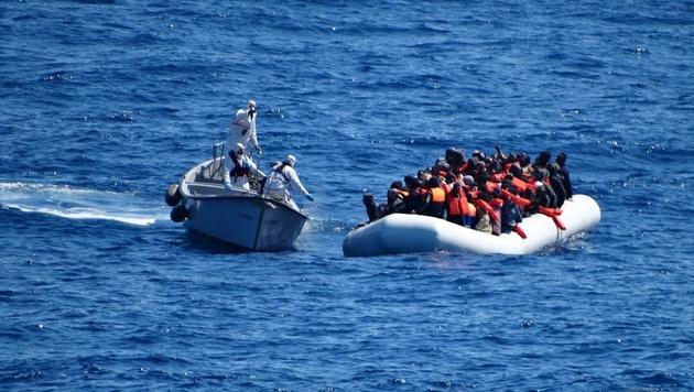 Die italienische Marine muss in letzter Zeit wieder vermehrt Flüchtlingsboote im Mittelmeer stoppen. (Bild: AP)