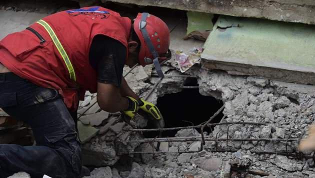 Suche nach Verschütteten (Bild: APA/AFP/RODRIGO BUENDIA)