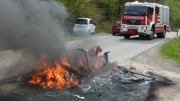 Das Mopedauto schmolz in der Hitze des Feuers regelrecht dahin. (Bild: APA/AFKDO LILIENFELD/BI MANFRED KOZMICH)