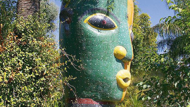 Diese überdimensionale Skulptur ist Erdköpfen aus Kamerun nachempfunden. (Bild: Tina Konsel)