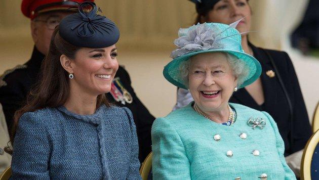 Queen Elizabeth mit Herzogin Kate (Bild: AFP)