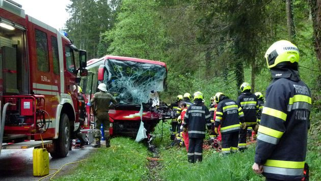 Paketzusteller bei Kollision mit Linienbus getötet (Bild: APA/FF STALLHOFEN)