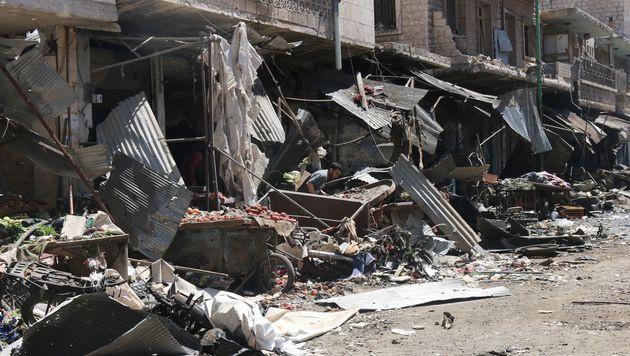 Syrien: Assad-Luftwaffe bombardierte Marktplätze (Bild: APA/AFP/MOHAMED AL-BAKOUR)
