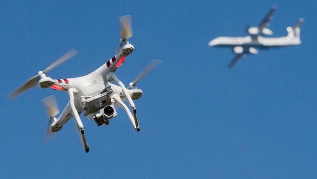 Flugzeug entgeht nur knapp Zusammenstoß mit Drohne (Bild: APA/dpa/Julian Stratenschulte)