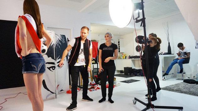 Miss Austria heizt den Teamkickern für EURO ein (Bild: Sarah Katharina Photography)