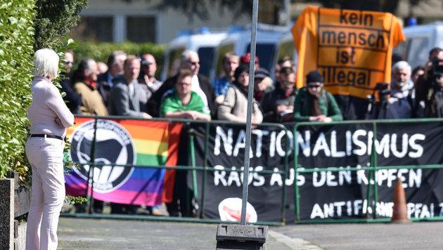 Der Besuch wurde von Protesten gegen nationalistische Politik begleitet. (Bild: APA/dpa/Uwe Anspach)