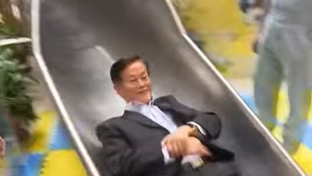 Adrenalin pur: Mega-Rutsche in Einkaufszentrum (Bild: YouTube.com/New China TV)