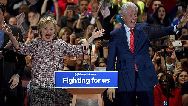 Hillary Clinton mit Ehemann Bill (Bild: APA/AFP/Timothy A. Clary)