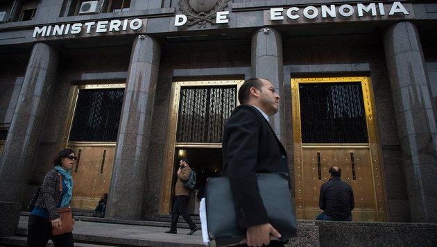 Auch das Wirtschaftsministerium in Buenos Aires blickt einer positiveren Zukunft entgegen. (Bild: APA/AFP/EITAN ABRAMOVICH)