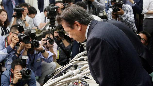 Mitsubishi-Konzernpräsident Tetsuro Aikawa entschuldigt sich für die Manipulationen. (Bild: AFP)