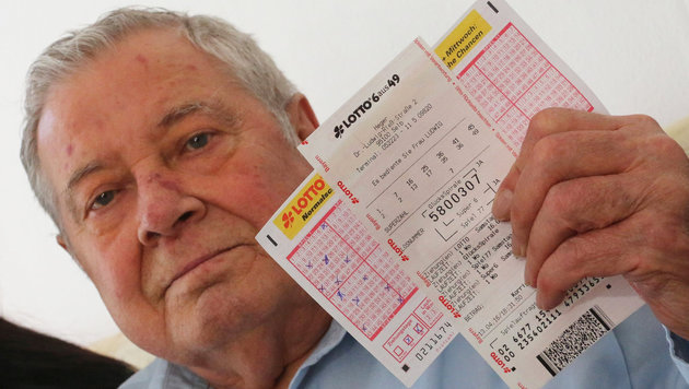 Erwin D. mit dem Lottoschein, der ihn fast zum Multimillionär gemacht hätte. (Bild: APA/dpa/Hannes Bessermann)