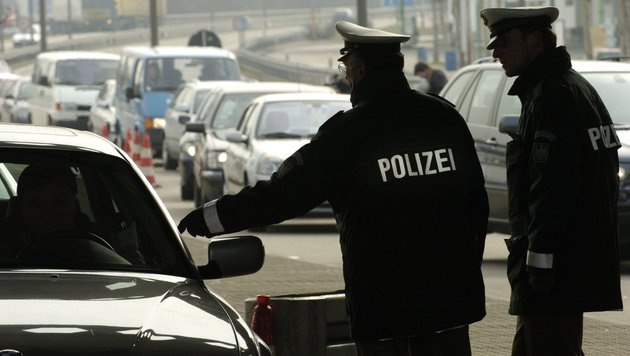 Tirolerin attackiert bei Grenzkontrolle Polizisten (Bild: APA/dpa/Angelika Warmuth)