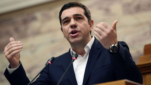 Ministerpräsident Alexis Tsipras ist mit seinem Latein am Ende, wird als Volksverräter beschimpft. (Bild: APA/AFP/Louisa Gouliamaki)