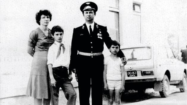 Oberst Wladimir Klitschko senior posiert mit seiner Familie stolz für das Foto. (Bild: Christoph Matzl)