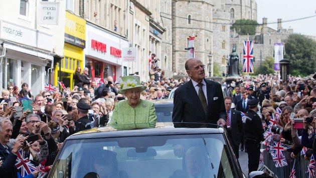Queen Elizabeth und Prinz Philip im offenen Wagen bei ihrer Fahrt durch Windsor zum 90. Geburtstag. (Bild: AFP)