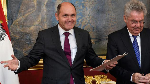 Ein äußerst gut gelaunter neuer Innenminister (Bild: APA/HELMUT FOHRINGER)