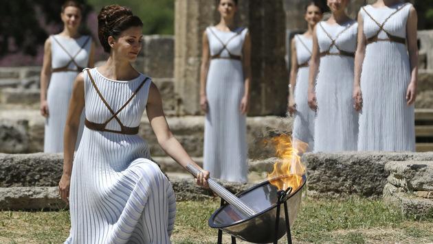 Olympisches Feuer für Sommerspiele in Rio entfacht (Bild: AP)