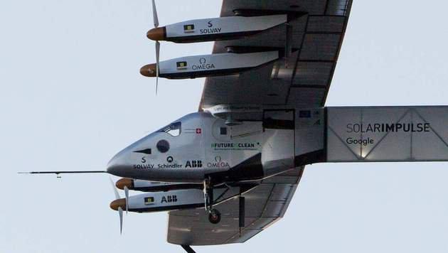"Sonnenflieger ""Solar Impulse 2"" hob in Hawaii ab (Bild: APA/AFP/Eugene Tanner)"